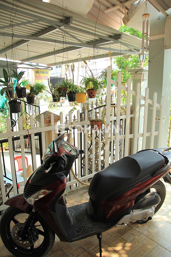Ở hàng rào ngăn cách với hàng xóm, bố Ngọc Trinh trồng một vài chậu hoa lan nhỏ.