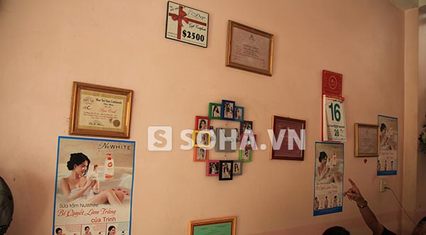 Phía bên tay trái phòng khách, gia đình Ngọc Trinh treo hình quảng cáo và một số bằng khen các cuộc thi mà người đẹp sinh năm 1989 tham gia.