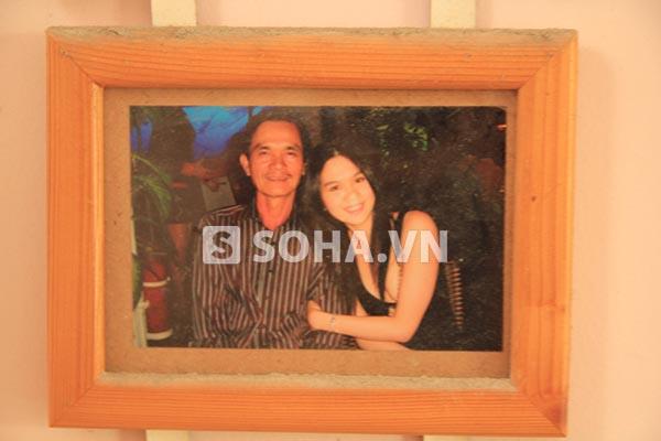 Hình ảnh Ngọc Trinh chụp cùng mẹ kế và bố đẻ được đóng khung treo trong nhà.