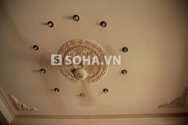 Đèn phòng khách nhà Ngọc Trinh vẫn giữ nguyên theo kiểu cổ điển ngày xưa.