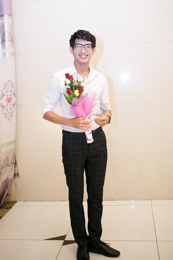Quang Đăng vừa xuất hiện trong sự kiện gây quỹ Mùa nắng vươn của sinh viên ĐH Ngoại thương với tự cách đại xứ chiến dịch.