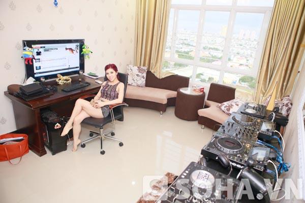 Phòng giải trí của Thúy Khanh nằm song song với không gian sinh hoạt chính của căn chung cư. Căn phòng được ngăn cách với các phòng bởi 1 tấm rèm lớn và có diện tích khoảng 20 m2.