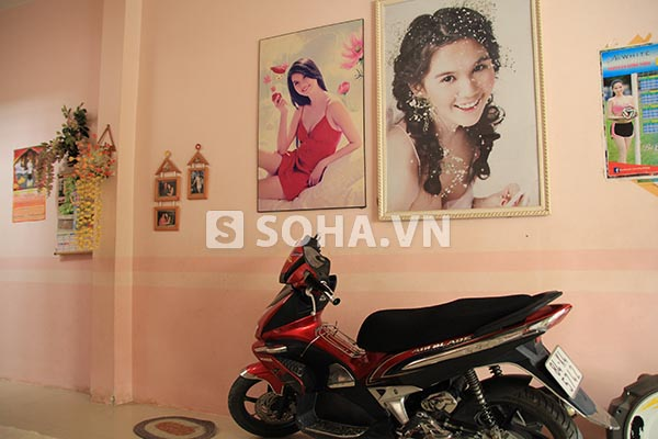 Phía tay phải của phòng khách, gia đình Ngọc Trinh theo 2 bức hình quảng cáo lớn của Nữ hoàng nội y.