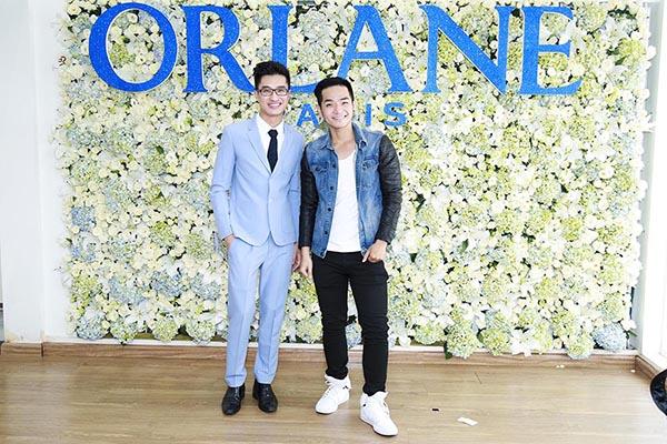 Ca sĩ Phạm Hồng Phước, diễn viên trẻ Hoàng Quý thích thú khi chụp hình ở bức tường hoa trị giá hàng chục triệu đồng.