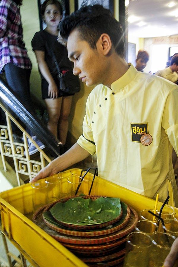 Khắc Việt cho biết dù rất ít khi đi ăn bún đậu mắm tôm nhưng sau khi được chỉ dẫn anh đã hiểu được những công việc mình cần làm.