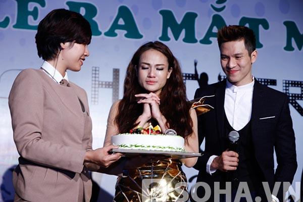 Ở phần cuối chương trình, Duyên Anh nghẹn ngào khi được đồng nghiệp, bạn bè tổ chức sinh nhật trong đúng ngày phát hành sản phẩm mới.
