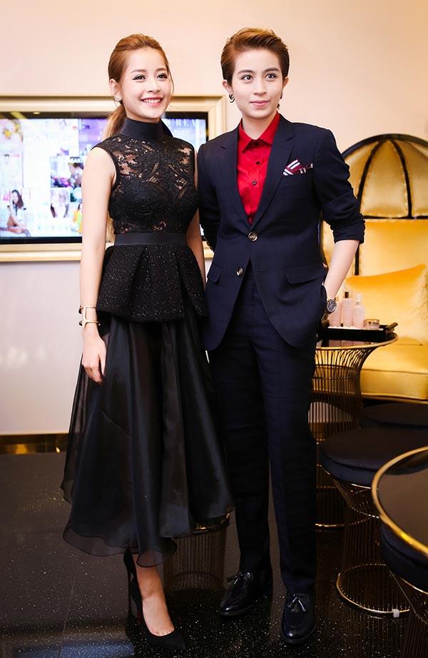 Nếu Gil Lê khoe vẻ bảnh bao với vest lịch lãm thì Chi Pu lại dịu dàng, yêu kiều với váy đen nữ tính.