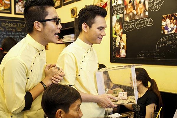 Tham gia chương trình với mục đích kêu gọi từ thiện, Khắc Việt đã đến từng bàn chia sẻ mục đích của mình và nhận được sự ủng hộ từ phía thực khách.