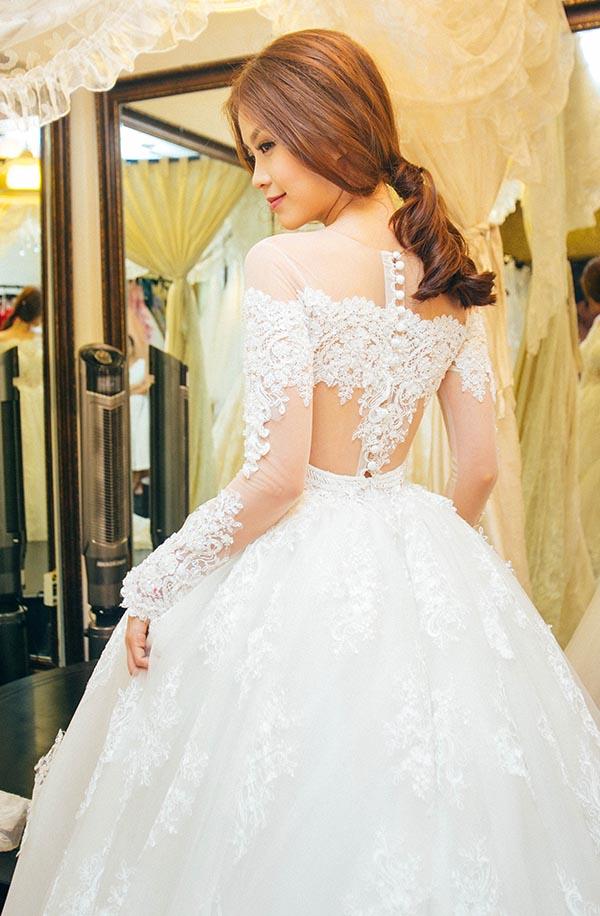 Còn đám cưới, tiệc báo hỷ ở TP. HCM cô sẽ mặc váy cưới do bạn trai đặt mua tại Ý.