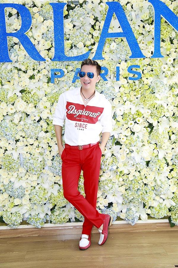 Ông hoàng nhạc Việt lựa chọn trang phục tông màu trắng, đỏ để thể hiện sự trẻ trung và sành điệu.