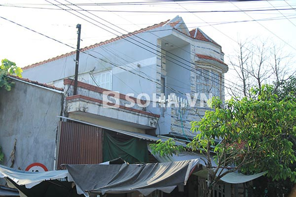 Nhà Ngọc Trinh nằm nổi bật ở ngay khu chợ của thị trấn Cầu Quan, Tiểu Cần, Trà Vinh. Ở khu này hộ dân có nhà 2 tầng không nhiều nên không khó để phát hiện ra nhà Ngọc Trinh dù đứng từ xa.