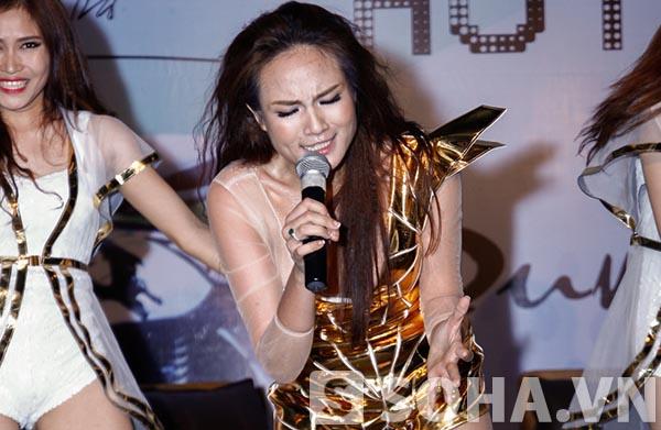 Ở phần đầu sự kiện, Duyên Anh mở màn bằng việc thể hiện ca khúc chủ đề của music video mới với sự hỗ trợ của vũ đoàn riêng.
