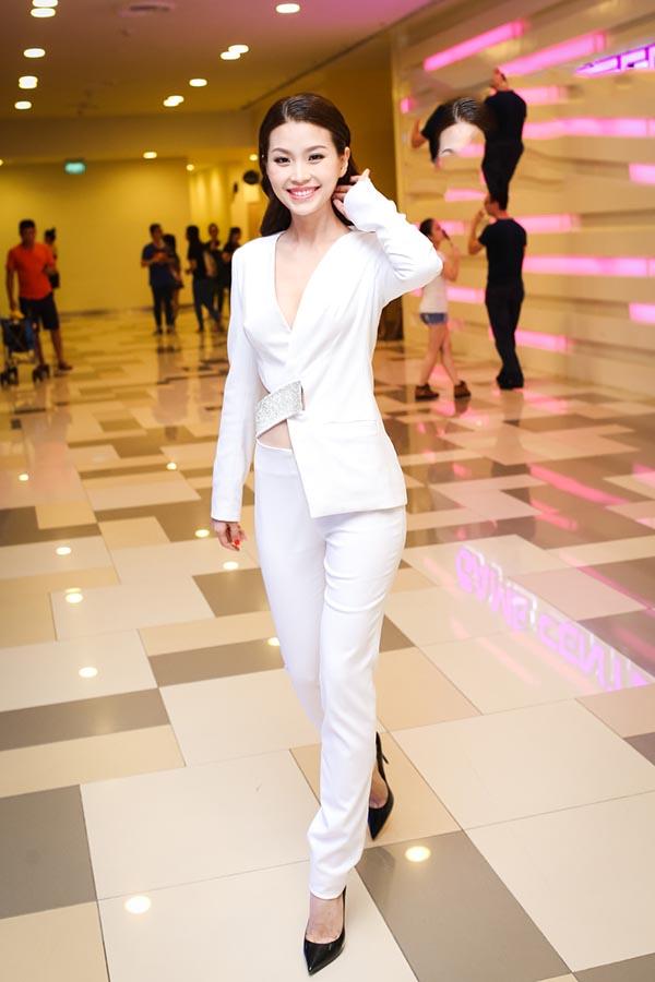 Cô trở thành tâm điểm chú ý khi mặc chiếc vest trắng thanh lịch, gợi cảm với NTK Kim Khanh.