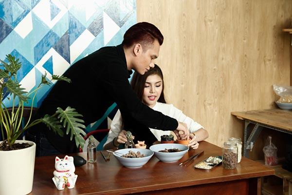 Ca khúc Không yêu cũng đừng làm bạn được Nguyễn Hồng Thuận sáng tác dựa trên câu chuyện của những chàng trai chung tình và phụ tình.