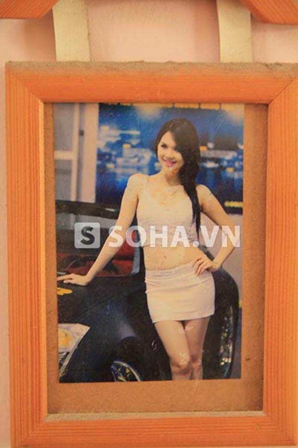 Hình ảnh Ngọc Trinh thời mới đi làm người mẫu cũng được treo cạnh hình ảnh kỉ niệm của gia đình.