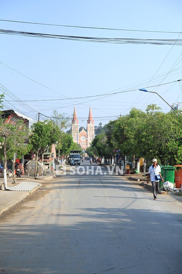 Đi thẳng phía trái nhà Ngọc Trinh sẽ ra được nhà văn hoá, trường học, nhà thờ lớn.