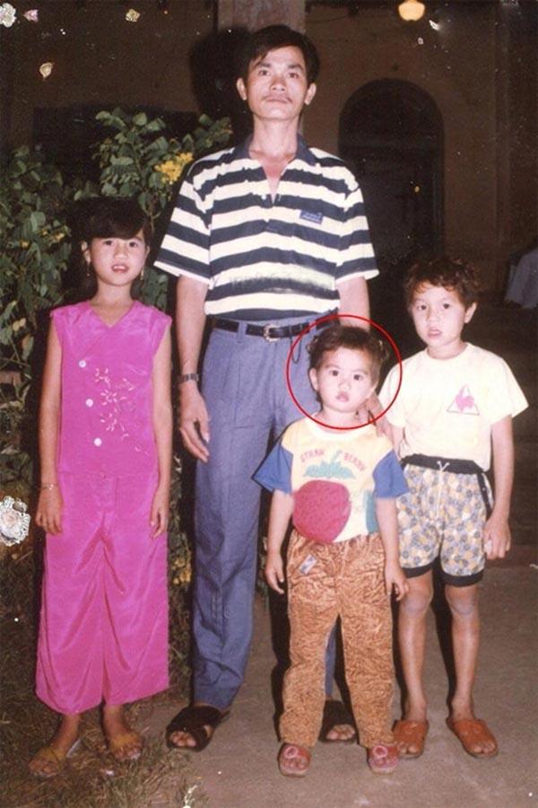 Ảnh Ngọc Trinh chụp cùng bố đẻ và các anh, chị thủa nhỏ.