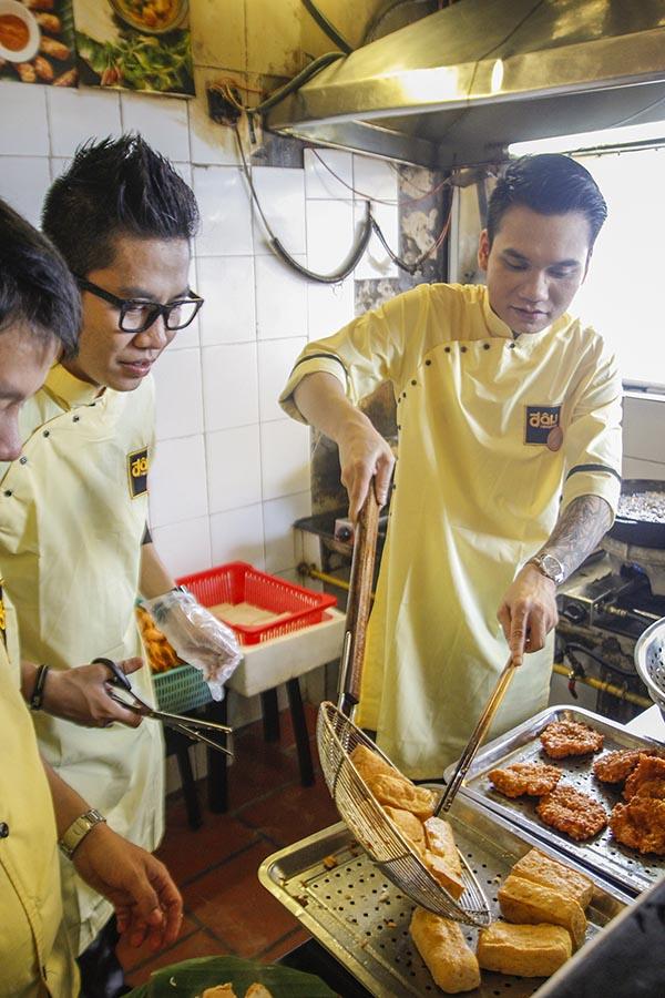 Không chỉ có cơ hội trải nghiệm công việc của người bồi bàn, Khắc Việt còn phải trực tiếp vào bếp để chiên đậu, chuẩn bị đồ ăn theo yêu cầu của khách.