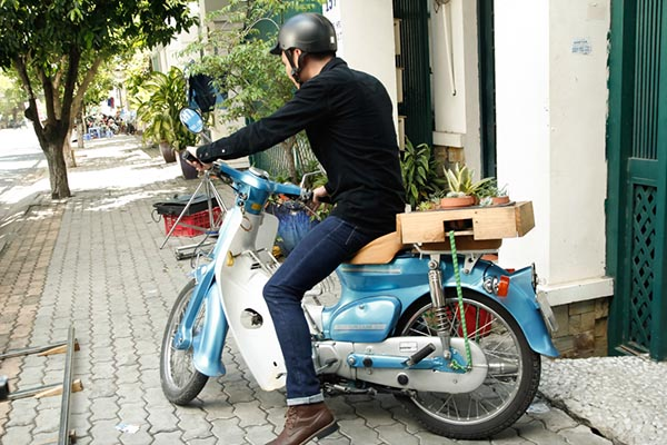 Một lần đi giao hàng, vô tình nhìn thấy người yêu của mình hôn người con trai khác trên phố, Khắc Việt đã quyết tâm chia tay.