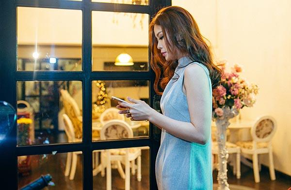 Trong lần xuất hiện này, người đẹp gốc Vĩnh Long ăn vận khá đơn giản và lúc nào cũng bận rộn với những cuộc gọi, tin nhắn liên tục.