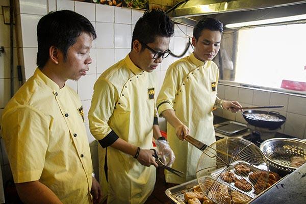 """Vốn là một người khéo tay và thường tự tay vào bếp mỗi khi rảnh rỗi, những công việc chế biến đậu rán hay """"lên món"""" theo thực đơn của khách không hề khó đối với Khắc Việt."""