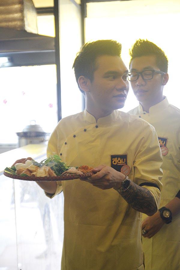Có mặt rất sớm tại một quán bún đậu ở quận Tân Bình, Khắc Việt đã được chủ quán cùng nhân viên hướng dẫn những công việc chính cần phải làm của người phục vụ.