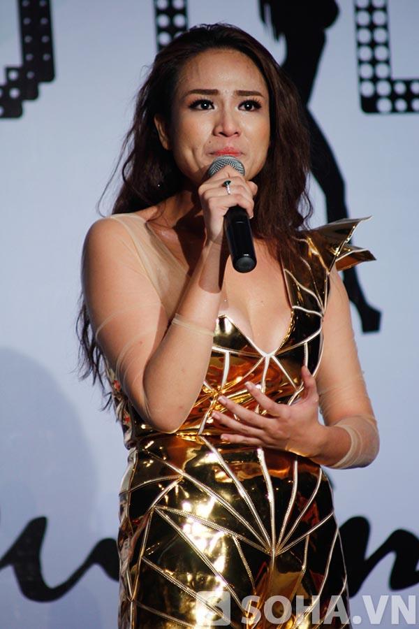 Kết thúc phần biểu diễn, Duyên Anh khóc nức nở và chia sẻ rằng đã rất lâu rồi cô mới được nhiều người chụp hình và quan tâm như vậy.