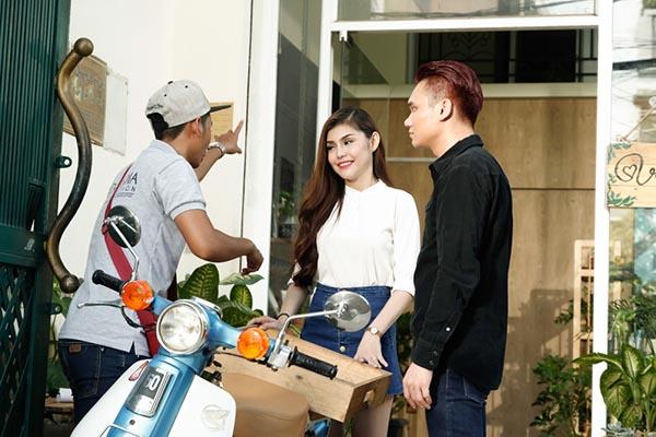 Không yêu cũng đừng làm bạn là câu chuyện phản bội trong tình yêu thường gặp ở giới trẻ. Trong MV, Khắc Việt vào vai một anh chàng chủ shop cây cảnh.