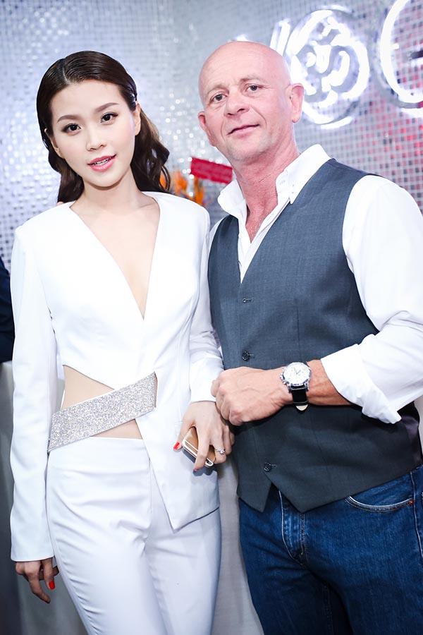 Hình ảnh Diễm Trang chụp hình kỉ niệm với một vị khách nước ngoài.