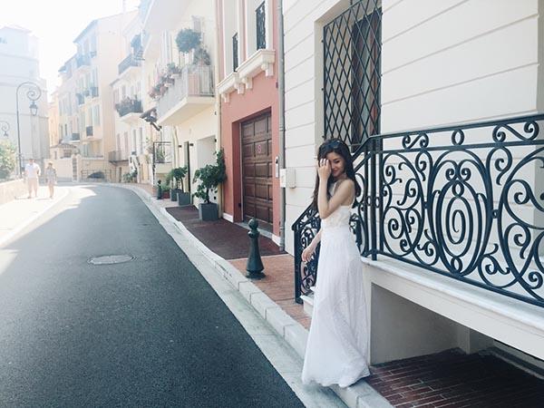 Trong 1 vài khoảnh khắc, Diễm Trang khoe vẻ điệu đà, duyên dáng với chiếc đầm trắng được thiết kế đơn giản, tinh tế.