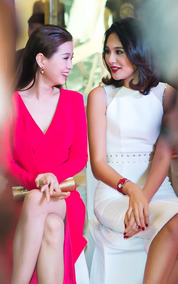 Trái ngược với đàn chị, Á hậu Hoa hậu Việt Nam 2014 lại mặc chiếc đầm hồng gợi cảm, xẻ cao của NTK Kim Khanh.