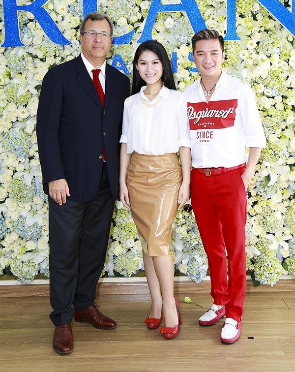 Không lẻ loi một mình đến sự kiện, Mr Đàm còn hộ tống cháu gái Ngọc Thanh Tâm đến gặp gỡ giám đốc phát triển thị trường toàn cầu.