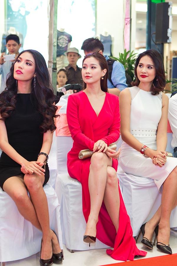 Được sắp xếp ngồi ở hàng ghế đầu, 3 người đẹp gây chú ý bởi sự lộng lẫy, sang trọng thể hiện rõ trong cách ăn mặc.