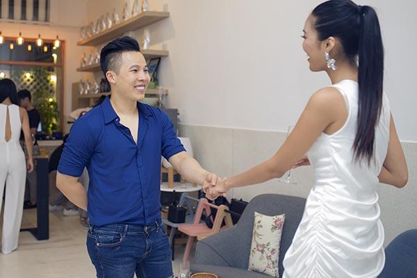 Trong cuộc hội ngộ này, Lan Khuê cũng bật mí với các đồng nghiệp về việc sẽ lên đường đại diện cho Việt Nam dự thi Hoa hậu thế giới 2015 vào ngày 20/11 tới.