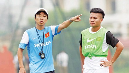 HLV Miura hướng dẫn các cầu thủ ĐT Olympic Việt Nam tập luyện trước thềm ASIAN Games 17. Ảnh: VSI.