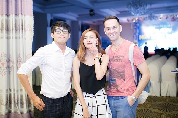 Ở phần cuối sự kiện, Quang Đăng dành thời gian chụp hình kỉ niệm với các nghệ sĩ thân thiết.