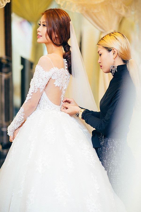 Theo bật mí riêng của Diễm Trang, với hôn lễ ở tại Vĩnh Long, cô sẽ mặc những bộ trang phục của NTK trong nước.
