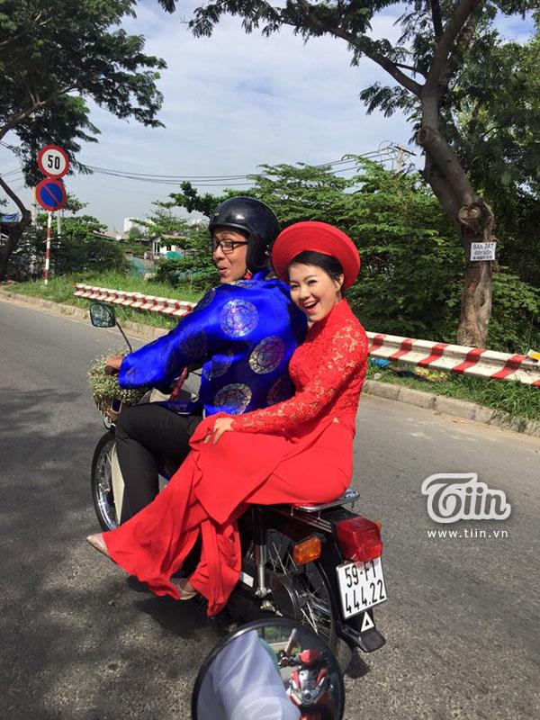 Trong ngày vui của cặp đôi, chú rể đến đón dâu bằng xe cub . 'Hộ tống' họ là 10 chiếc xe cub khác của những người bạn trong trong câu lạc bộ Vietnam Cub Club.