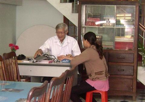 Lương y Bình đang khám bệnh cho bệnh nhân.