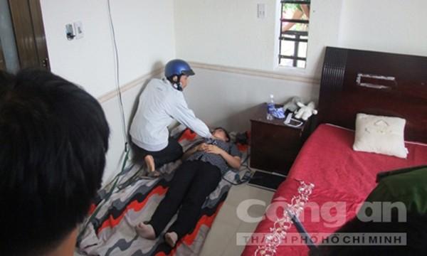 Khi lên lầu 1, Dương phân công Tiến dùng dao khống chế cháu Như (Ảnh thực nghiệm hiện trường báo CA TPHCM)