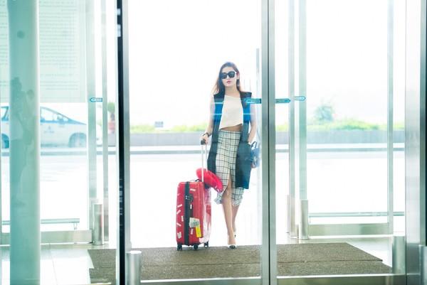 Mới đây, Á hậu Huyền My đã có mặt ở sân bay để sang Thái Lan tham dự sự kiện đặc biệt này. Tranh thủ thời gian này cô cũng đưa bố mẹ và em trai đi cùng để có một chuyến du lịch ngắn ngày tại đất nước chùa Vàng.