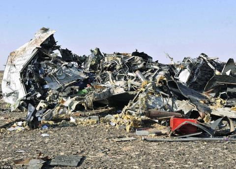 Một trong những hình ảnh đầu tiên về xác chiếc máy bay chở khách xấu số của Nga. Ảnh: Daily Mail