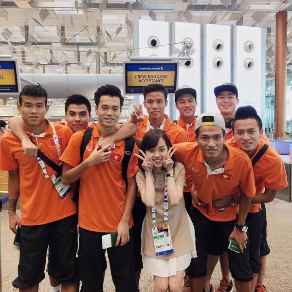 Sau kì SEA Games đầy ắp kỷ niệm, các cầu thủ U23 Việt Nam đã lên đường rời Singapore vào trưa nay. Đi cùng thành phần đội tuyển còn có bạn gái của các cầu thủ.  Dưới thời HLV Miura, ông không cấm cản chuyện tình cảm cá nhân của các cầu thủ, miễn là không ảnh hưởng đến việc tập luyện và thi đấu.