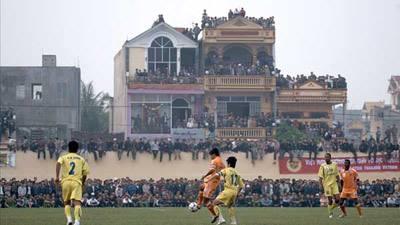 CĐV Thanh Hóa tràn xuống sân