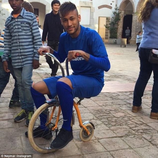 """Toàn cảnh chiếc """"siêu xe"""" của Neymar"""