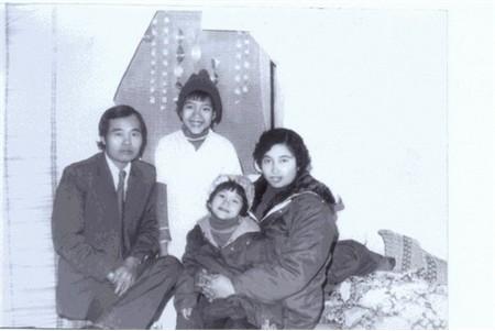 Bức ảnh chụp năm 1985, Phi Thanh Vân 3 tuổi. Cô bé xinh xắn đáng yêu lọt thỏm trong vòng tay mẹ.