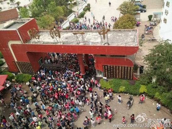 Sự việc xảy ra bên ngoài trường trung học cơ sở quận Chiêu Dương số 1, thành phố Chiêu Thông.
