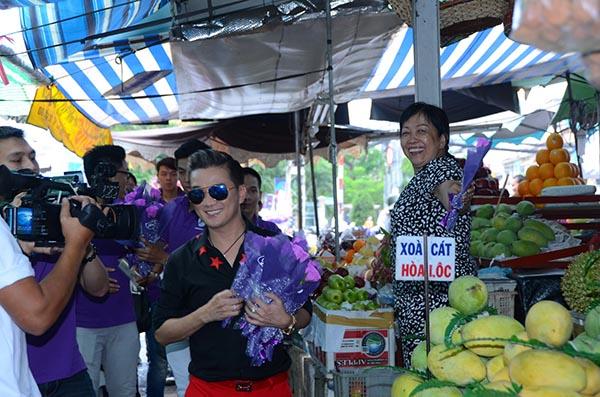Chiều 11/05. Mr Đàm có mặt ở một số khu chợ của TP. Hồ Chí Minh để thực hiện chiến dịch 1 triệu nụ cười của phụ nữ Việt Nam.