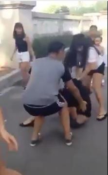 Cô gái bị 1 nhóm 3 nữ sinh, cùng 1 nam sinh đánh hội đồng dã man.