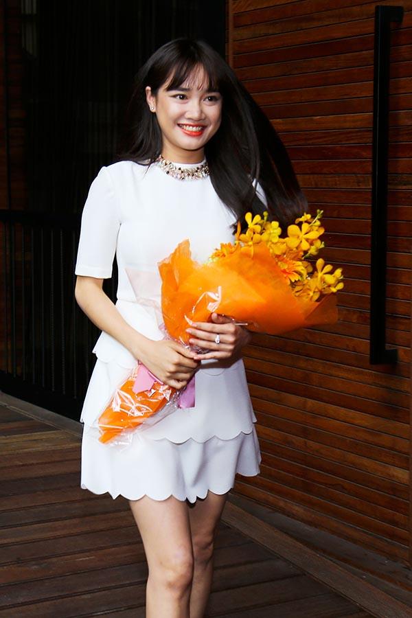 Đến cận giờ giao lưu, Nhã Phương bất ngờ xuất hiện và cầm trên tay 1 bó hoa tươi thắm.